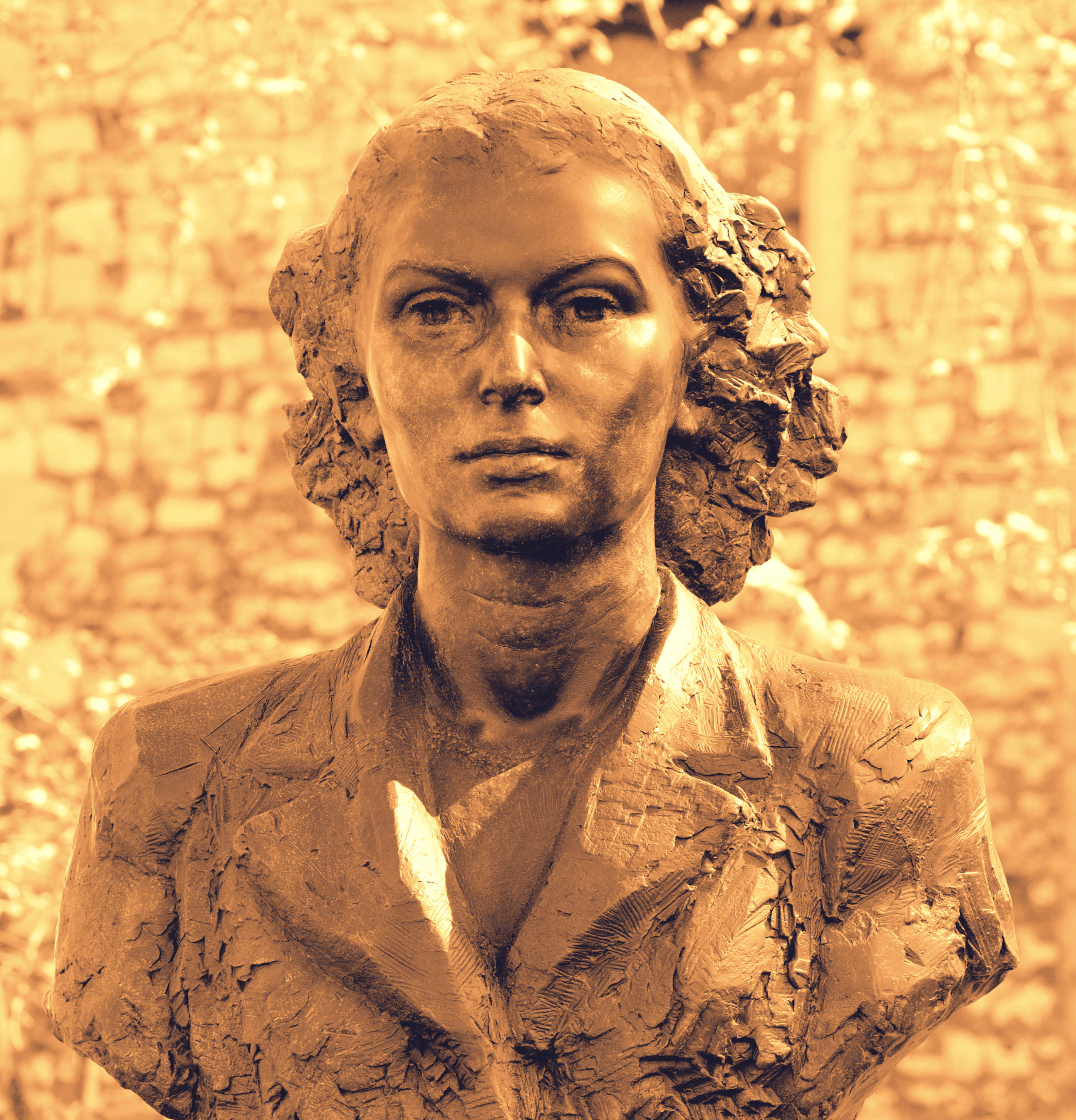 DYHF3T London, England, UK. Bust Of Violette Szabo On The Special Operations Executive Memorial (2009: Karen Newman)